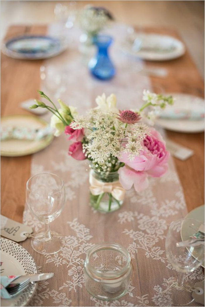 chemin de table en dentelle blanche, table bois foncé, vase en verre avec petit bouquet, deco de table vintage
