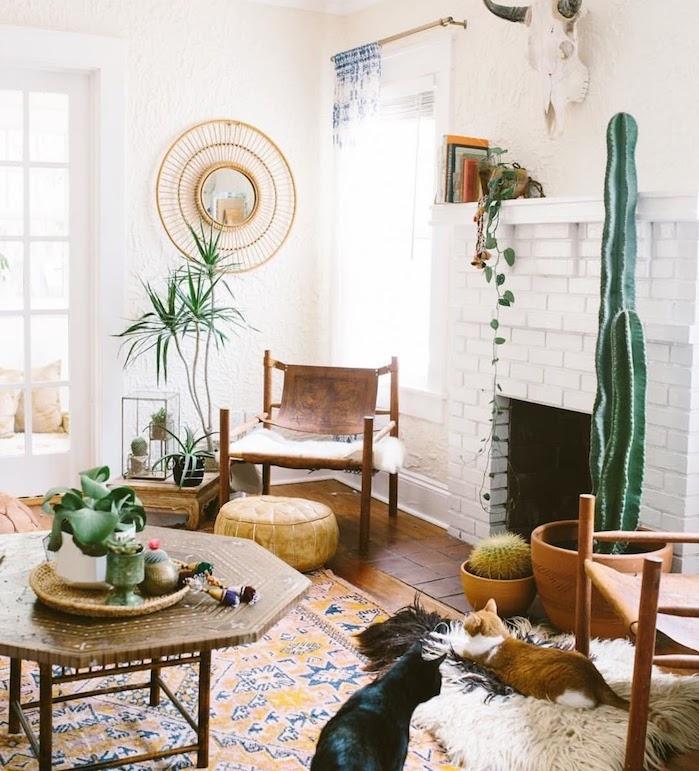 cheminée blanche, table orientale, chaises bois et cuir, cactus en pot et autres idées de plantre verte intérieur, deco boheme dépaysante