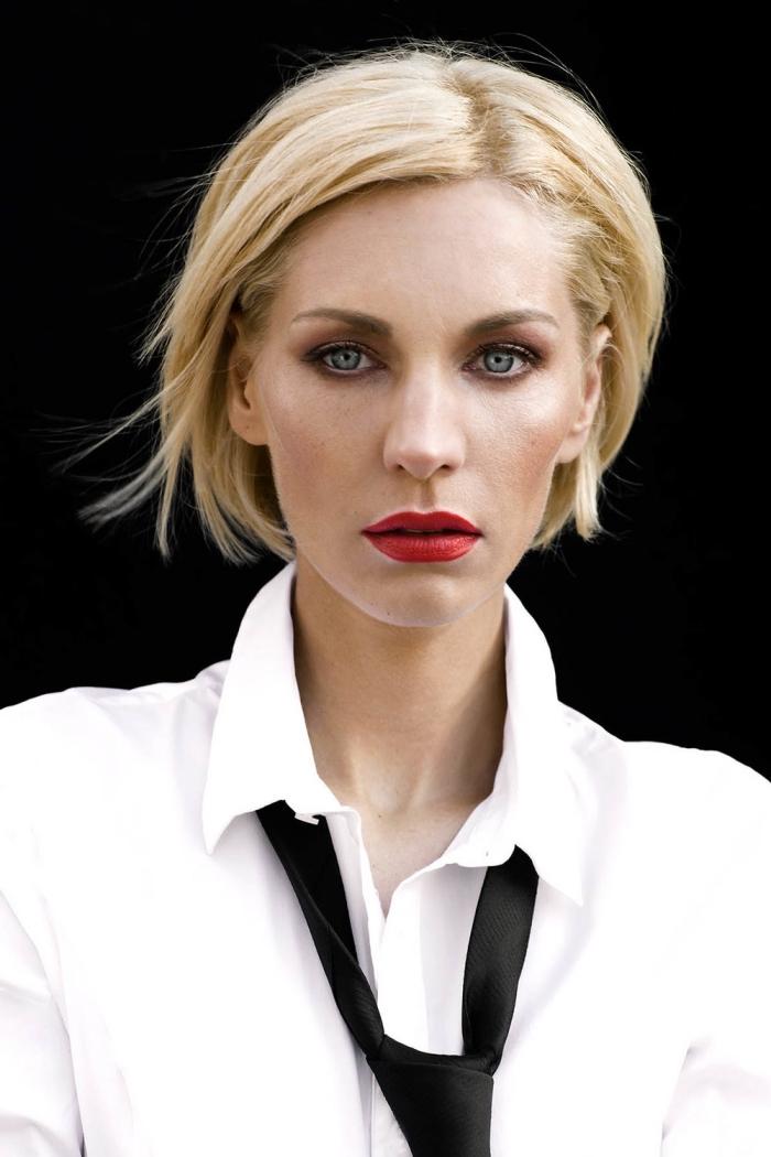 quelle couleur de cheveux pour femme aux yeux clairs, exemple de carré court blond, maquillage avec rouge à lèvre rouge