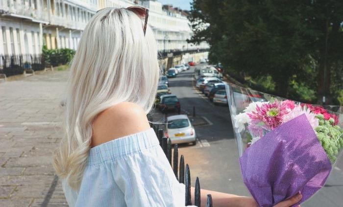 coiffure facile pour cheveux longs avec boucles, idée coloration tendance 2019 de couleur blond polaire avec racines foncées
