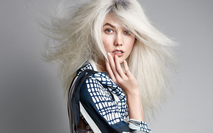 coloration blond blanc avec racines noires, quelle nuance du blond pour yeux bleus, couleur de cheveux blond froid