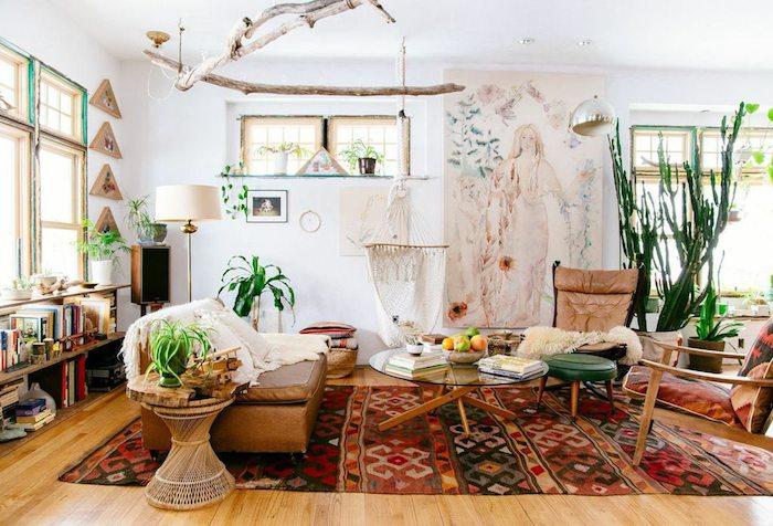 Bohème décoration chambre avec coussin berbere, déco tapis berbère rouge à motif ethnique, table basse ronde