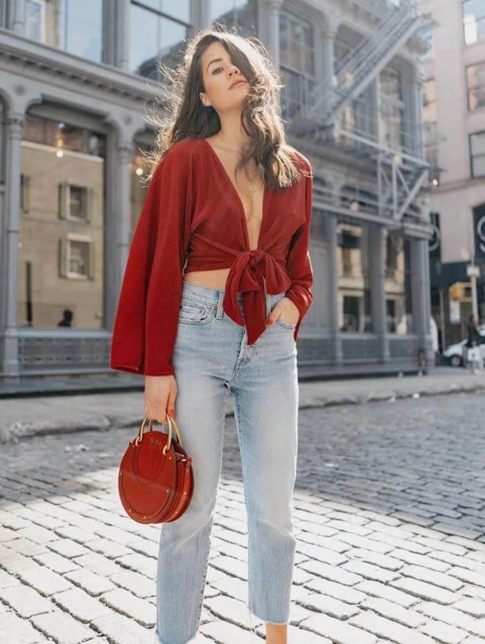 Tess Christine tenue inspiratrice, blogueuse tenue jean et top ouvert à manche longue, tenue chic femme, tendance été 2019