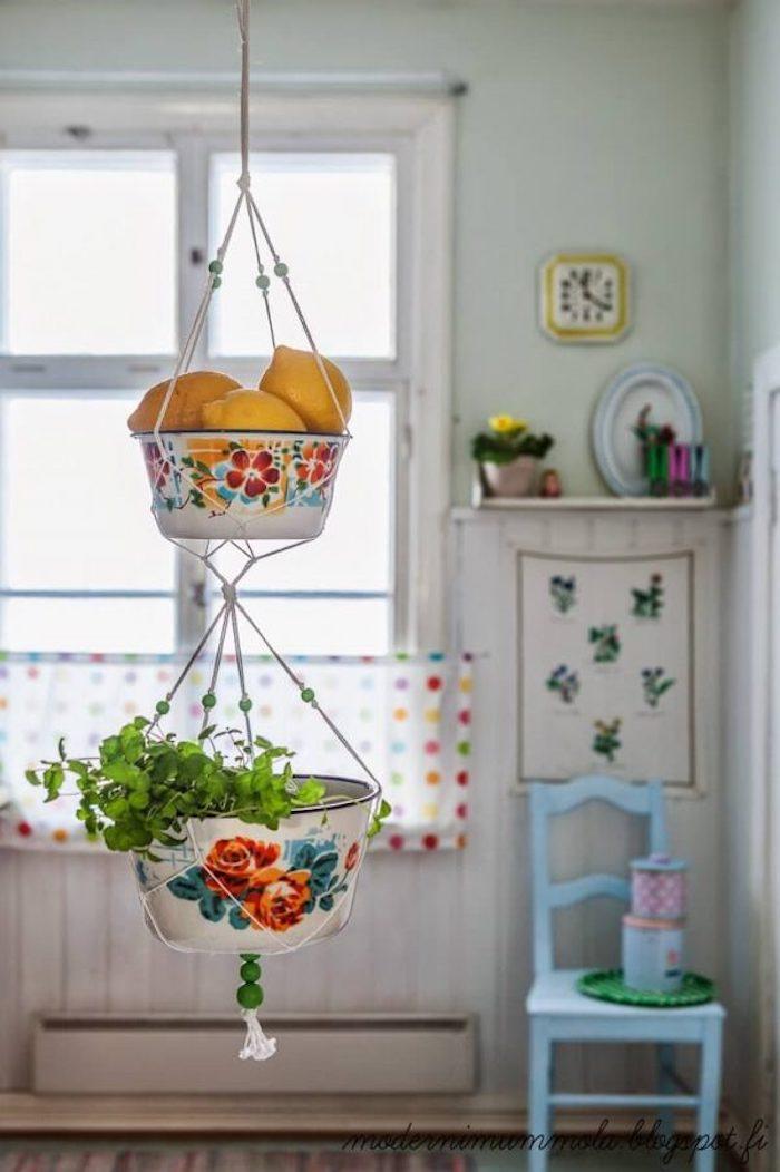 Détails de déco originale pour la cuisine, transformer les bols vieux en étagères pendantes pour ranger les produits de cuisinier
