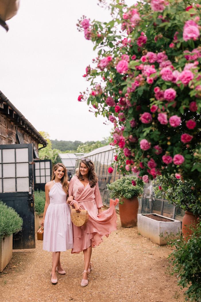 Robe de ceremonie courte, être une femme bien habillée, robe invitée mariage, deux amies avec robes pastel
