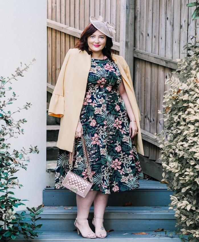 exemple de robe de ceremonie femme 50 ans, idée robe imprimé tropical et fleuri à jupe évasée, chapeau de mariage moderne et veste jaune