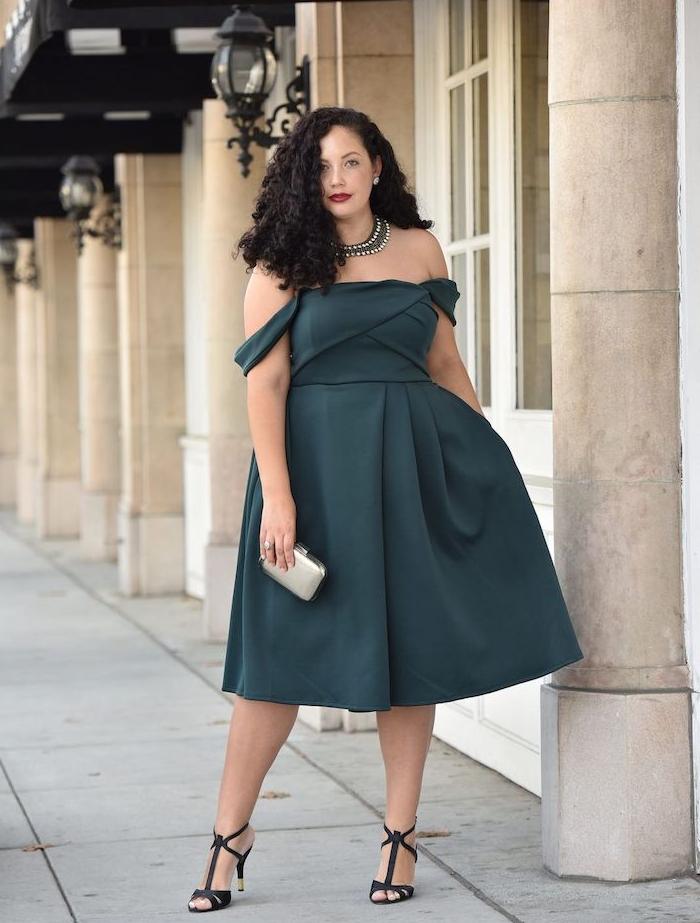idee de robe pour femme ronde elegante couelur bleu de gris avec bretelles tombantes et jupe évasée, collier original, petite pochette