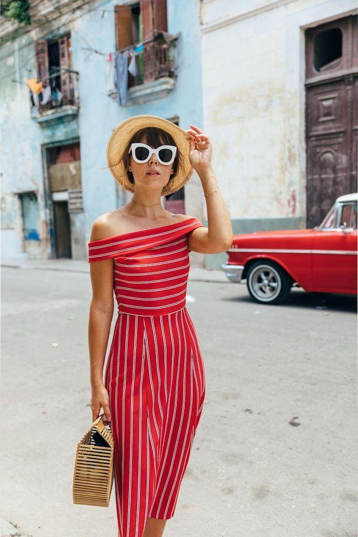 Robe rouge à rayé avec épaules dénudées, tenue chic pour vacances d'été, casual mode, savoir s'habiller bien