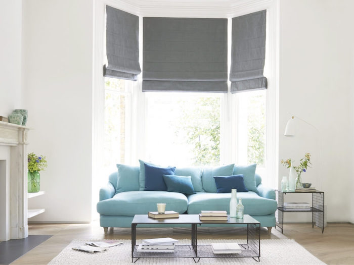 Salon en bleu, blanc et gris, espace stylé en design simple, canapé bleu confortable et table basse moderne