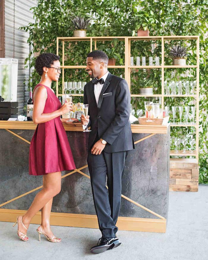 Couple tenue cocktail, robe femme habillée, robe mariage invité, chic idée tenue mariage