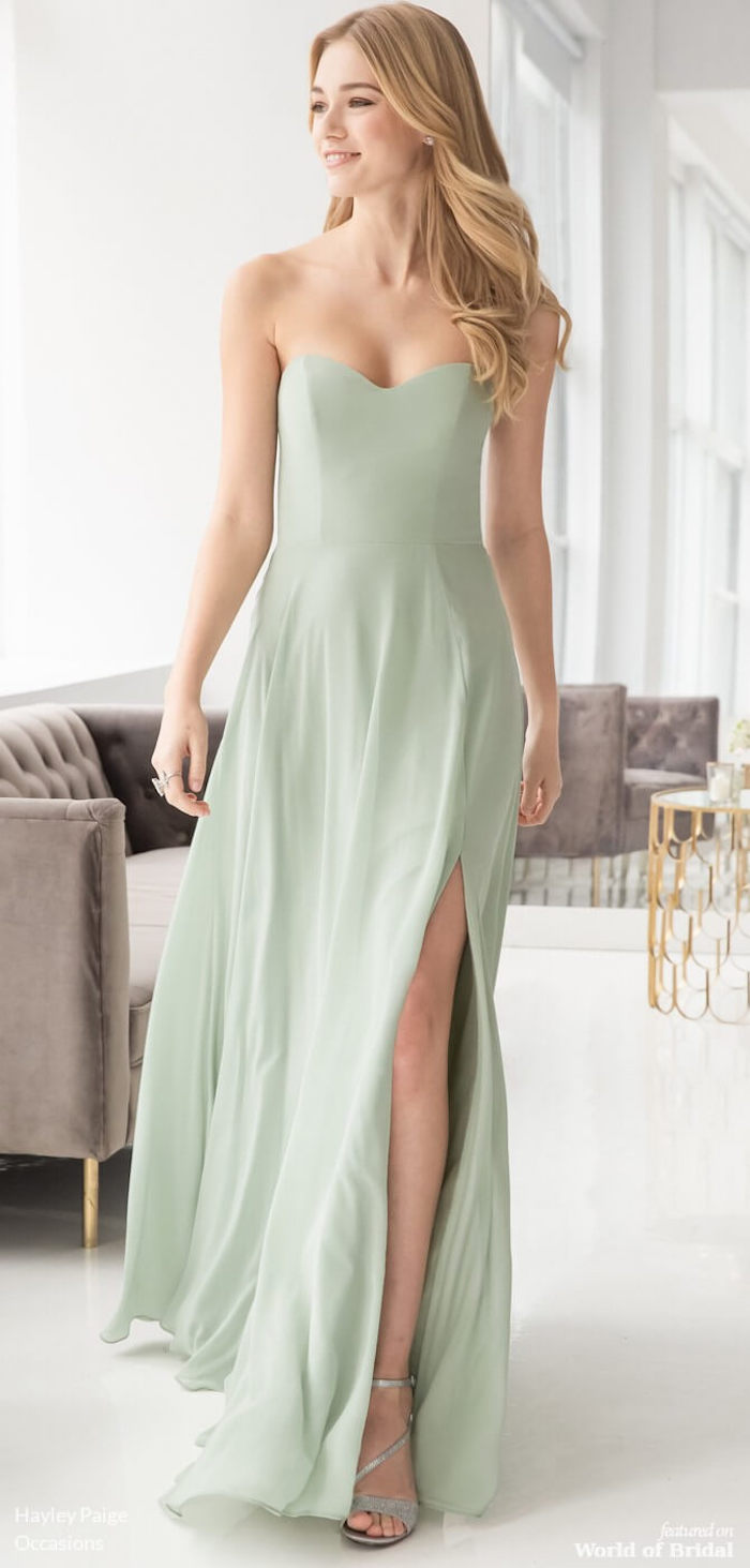 Robe longue fendue couleur menthe claire, robe mariage invité, robe de soirée chic moderne tenue, femme cheveux longs blondes