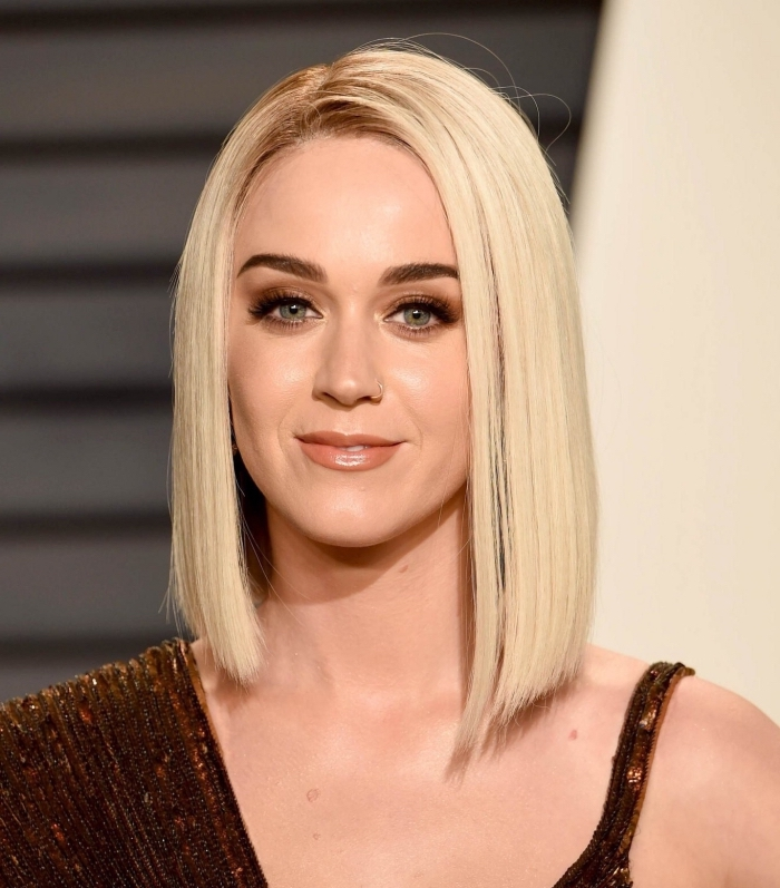 Katy Perry aux cheveux en carré plongeant long lisses, technique de coloration racines foncées avec longueurs blond