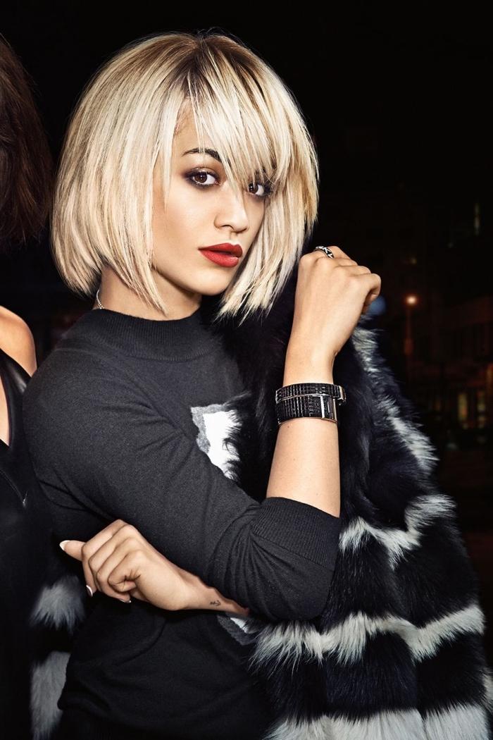 coupe de cheveux de Rita Ora avec un carré plongeant effilé, idée coupe carré avec frange et mèches autour du visage