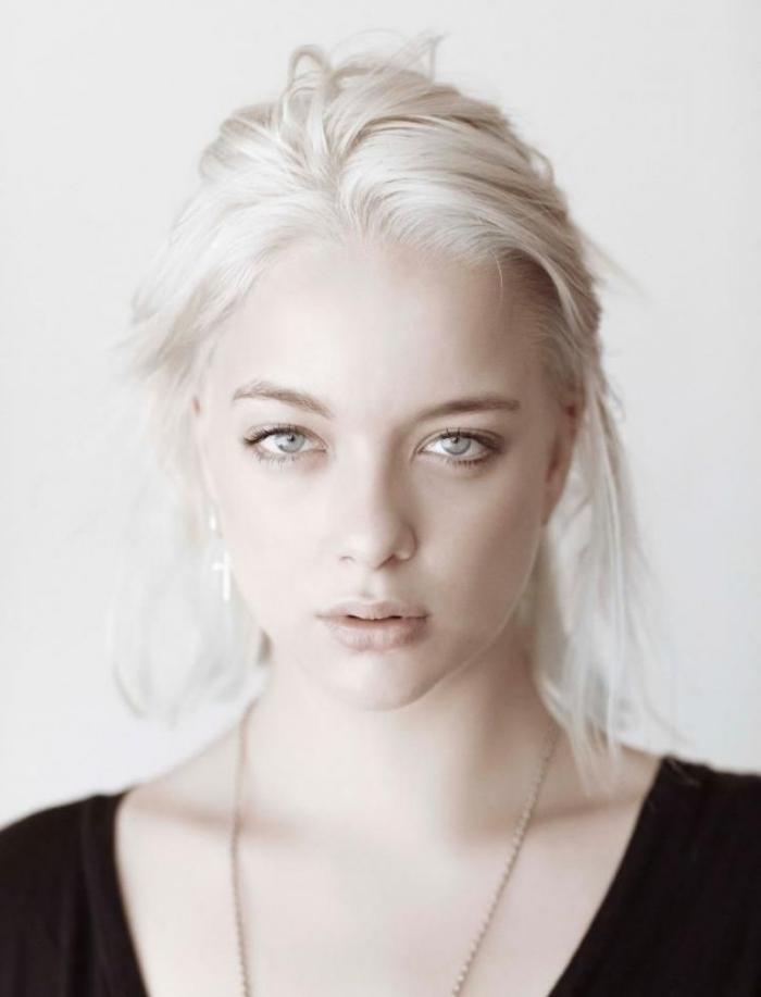 comment porter les cheveux longs attachés en chignon décontracté avec mèches tombantes, idée couleur cheveux blond polaire