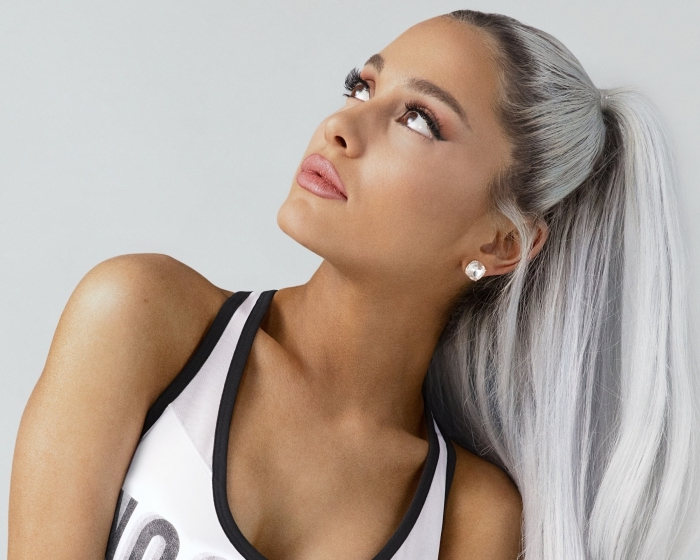 Ariana Grande aux cheveux longs et lisses mi attachés en queue de cheval haute, exemple coloration platine blond polaire