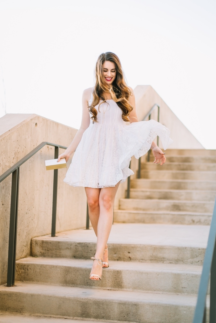idée robe de soirée blanche, tenue cocktail femme été avec une robe courte fluide de couleur blanche et accessoires dorés