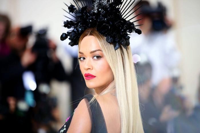 coloration patine cheveux blond pour cheveux de base châtain, idée coiffure pour cheveux longs avec grosse diadème noire à roses