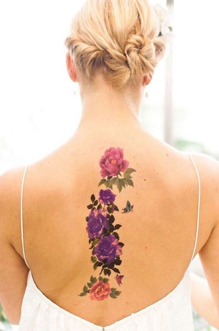 tatouage dos le long de la colonne vertébrale, motifs floraux, coiffure chignon bas, roses et pivoines, fines bretelles