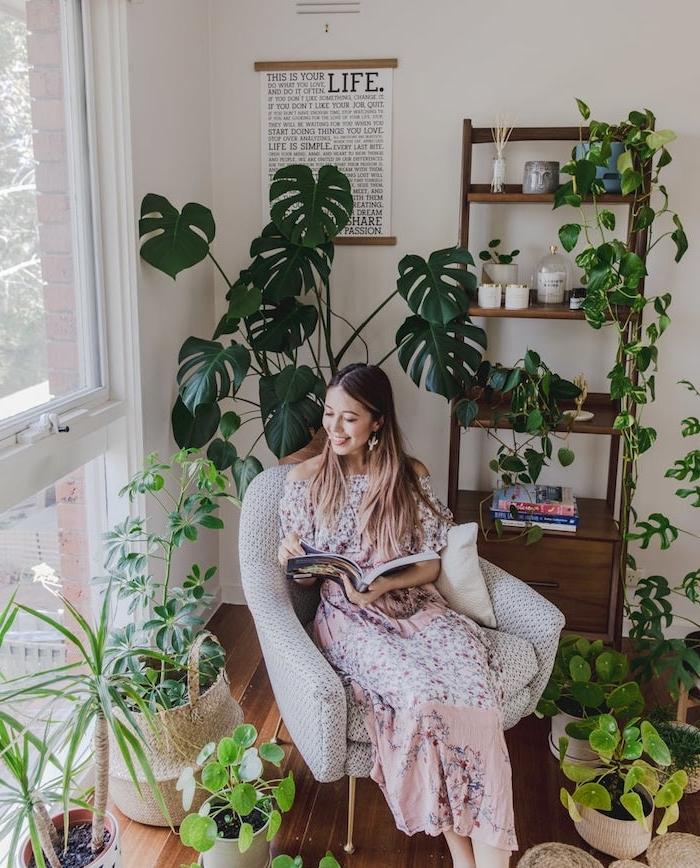 coin de lecture végétalisé avec fauteuil blanc confortable entouré de plantes vertes d intérieur dans pots par sol