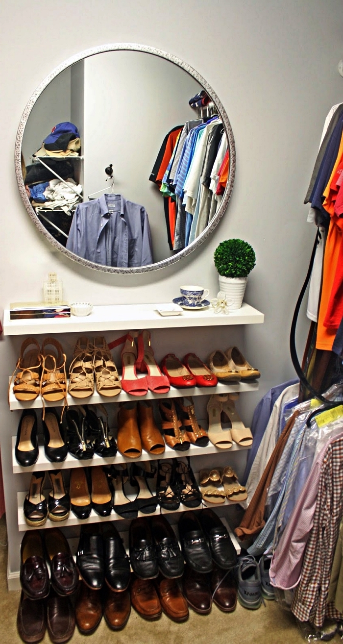 coin dressing fait maison avec penderies et étagères murales à chaussures, aménager un dressing chaussures dans un espace restreint