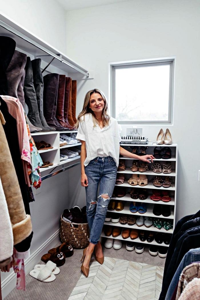 dressing fait maison associant plusieurs solutions de rangements, coin dressing avec étagères murales, penderies et placard à chaussures
