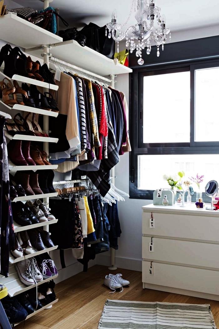 système de rangement avec un meuble chaussures ikea, dressing ouvert avec étagères à chaussures, penderies et tablettes murales