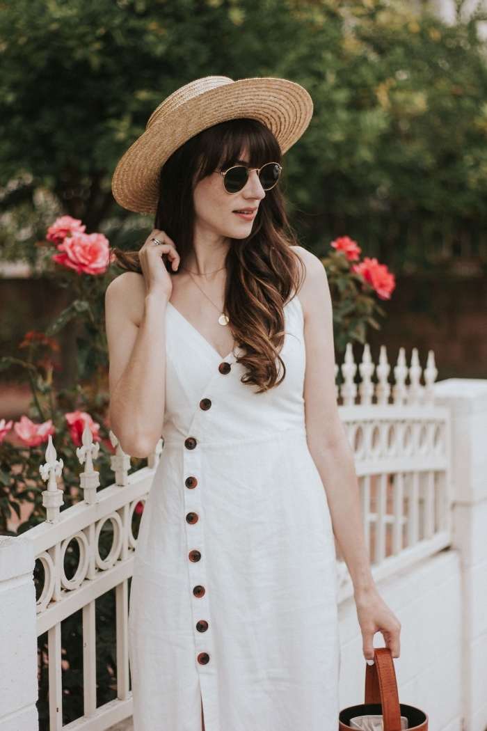 style vestimentaire femme bohème chic, tenue en robe mi-longue blanche avec fente combinée avec capeline beige