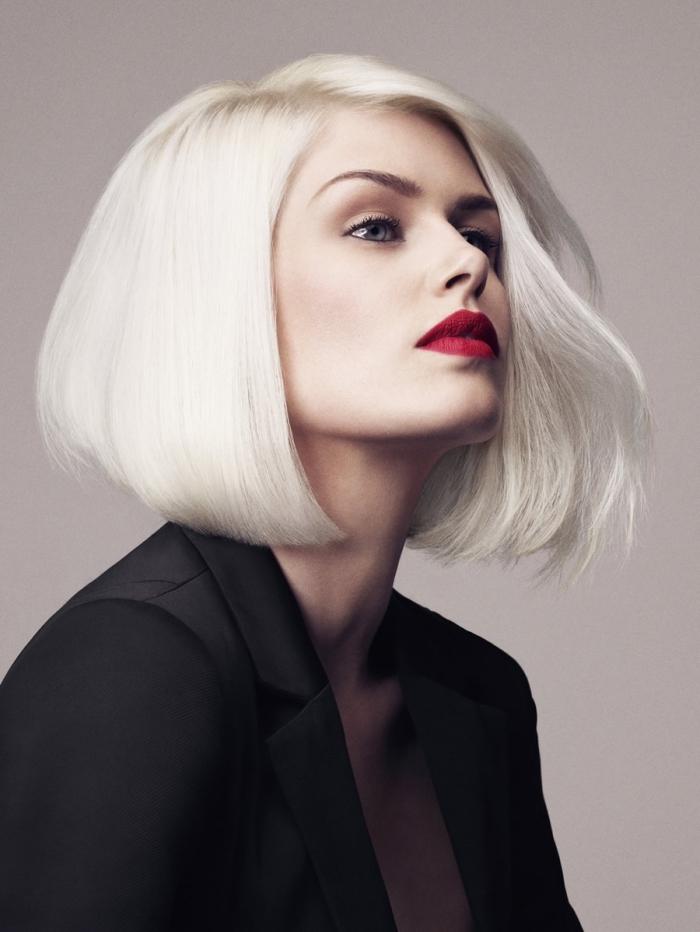 exemple de carré plongeant mi long de couleur blond blanc, idée maquillage pour yeux verts avec rouge à lèvre rouge