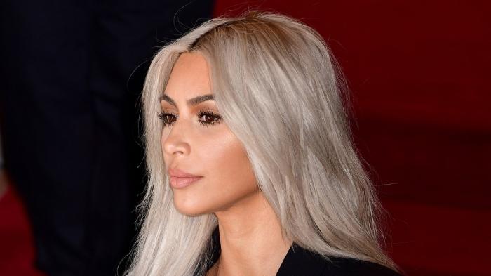 idée couleur blonde platine, Kim Kardashian aux cheveux longs lâchés de couleur blond blanc aux reflets gris clair
