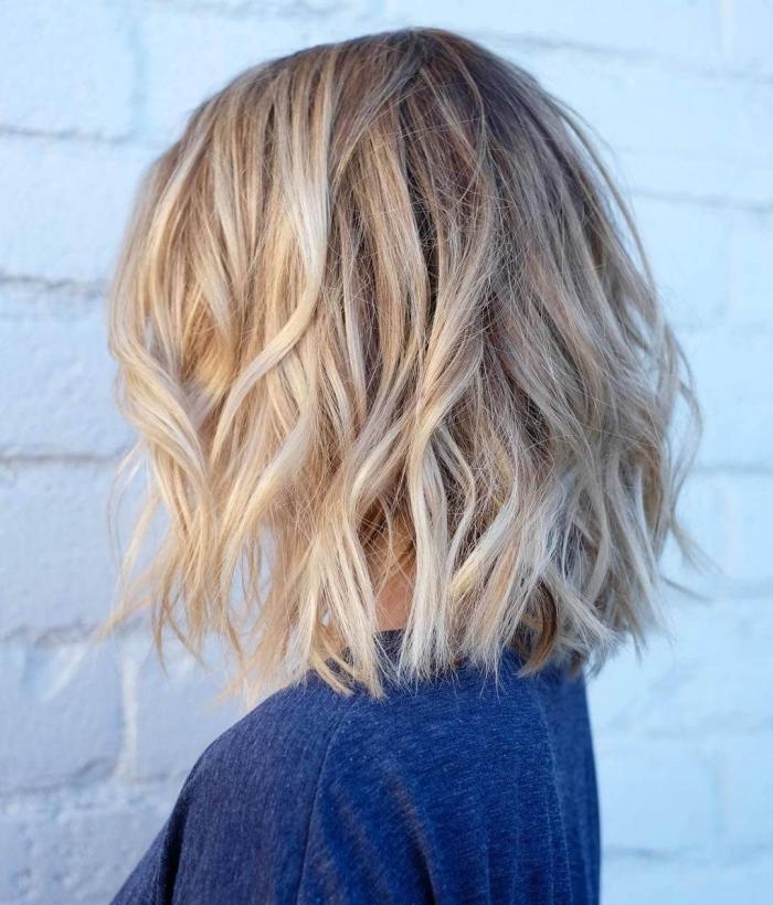 coupe de cheveux carré long, coiffure cheveux mi longs avec ondulations, technique de coloration mèches blondes