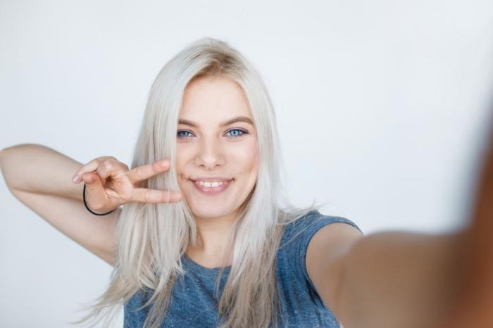 quelle couleur de cheveux pour yeux bleus, exemple de coupe de cheveux femme longs en couches, technique de coloration platine blond polaire