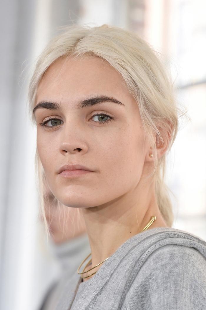 exemple de cheveux blond blanc avec sourcils foncés, idée couleur de cheveux blond pour yeux verts et peau claire