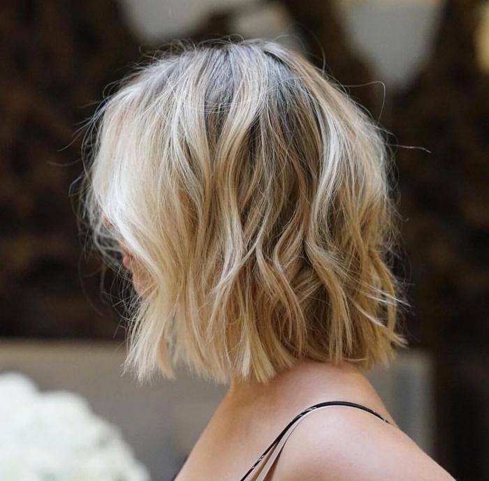 idée coiffure blonde sur cheveux en carré mi long avec ondulations effet wavy, coloration cheveux châtain avec mèches blondes