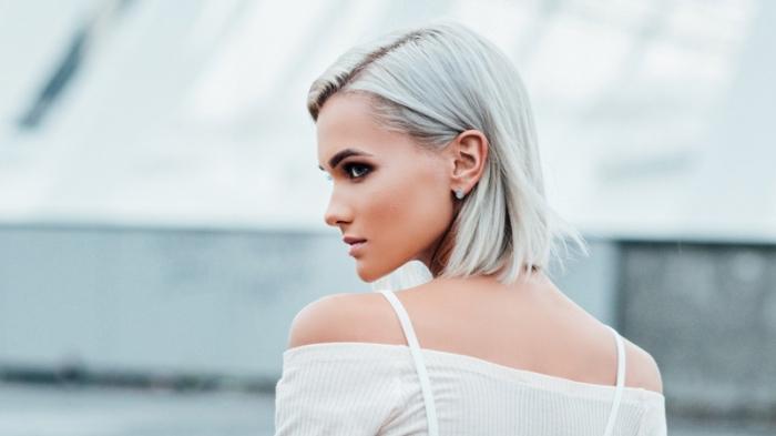 quelle coiffure stylée pour cheveux blond blanc, idée coloration blonde sur cheveux de base châtain avec sourcils foncés