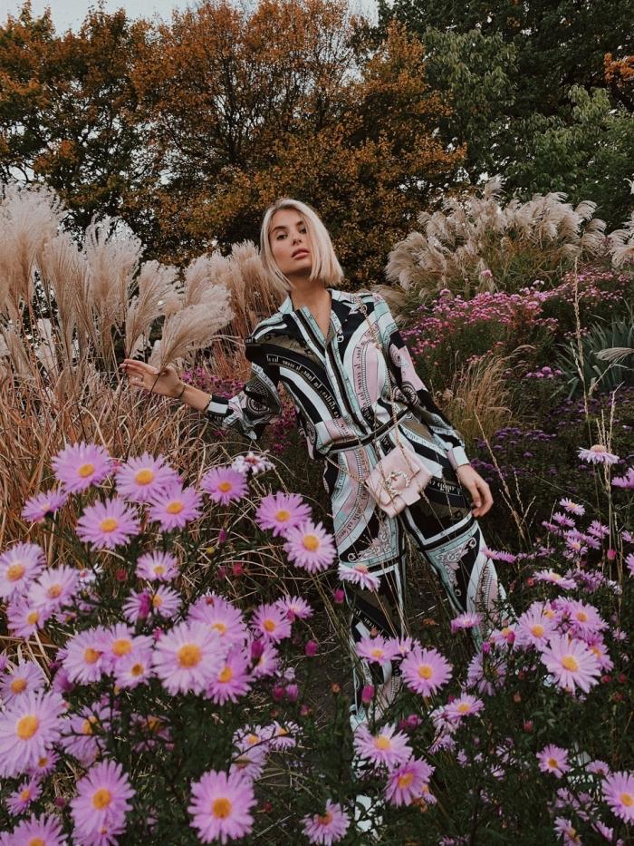 coupe de cheveux femme tendance 2019, exemple de carré court plongeant sur cheveux lisses et blonds, maquillage naturel pour été