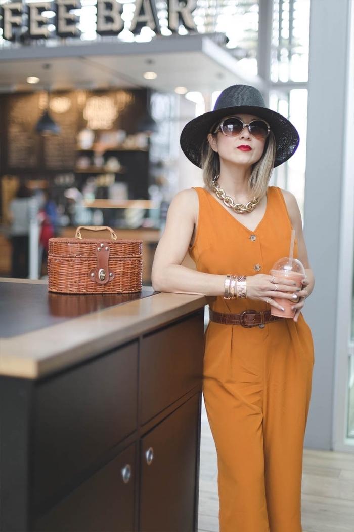 vision élégante en combinaison pantalon avec chapeau noir et bijoux en or, exemple de cheveux raids en carré long plongeant