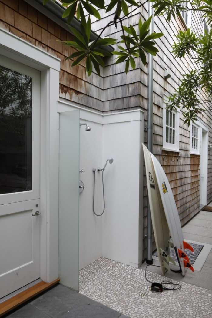 petite salle d'eau extérieure aux murs blancs et receveur en mosaïque, modèle de douche en inox pour jardin