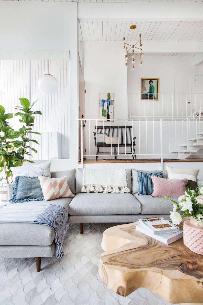 Salon style scandinave avec détails déco berbère, table basse en bois flotté, deco ethnique chic, deco boheme moderne au style marocain