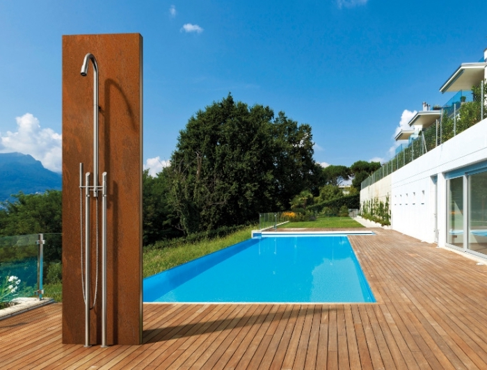 idée aménagement extérieur de maison avec piscine, exemple de revêtement de sol pour une terrasse en bois
