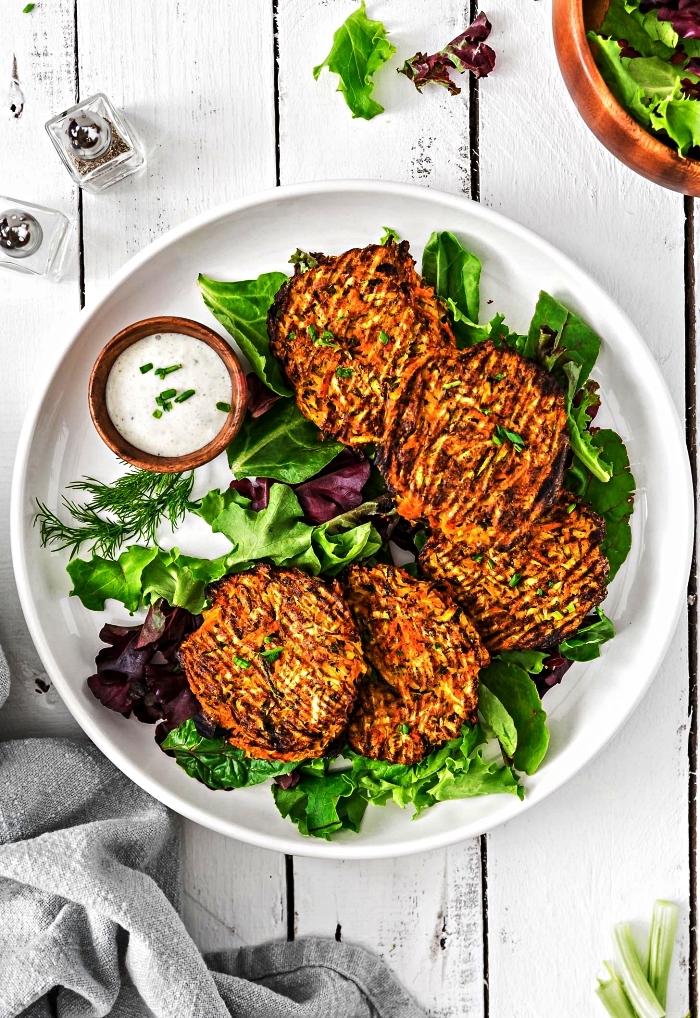 galettes de courgette au four sans huile, recette healthy de galettes aux courgettes cuites au four avec sauce yaourt