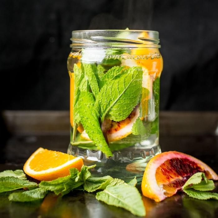 quels ingrédients pour une boisson rafraîchissante, idée thé vert glacé et orange, recette boisson froide facile
