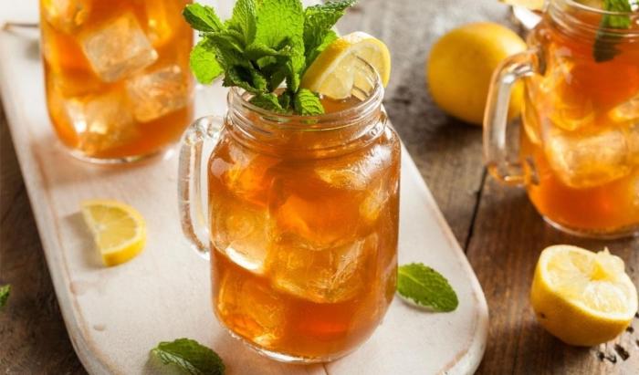 servir un thé glacé dans un jar, combien de temps conserver un thé glacé fait maison, idée boisson rafraîchissante facile