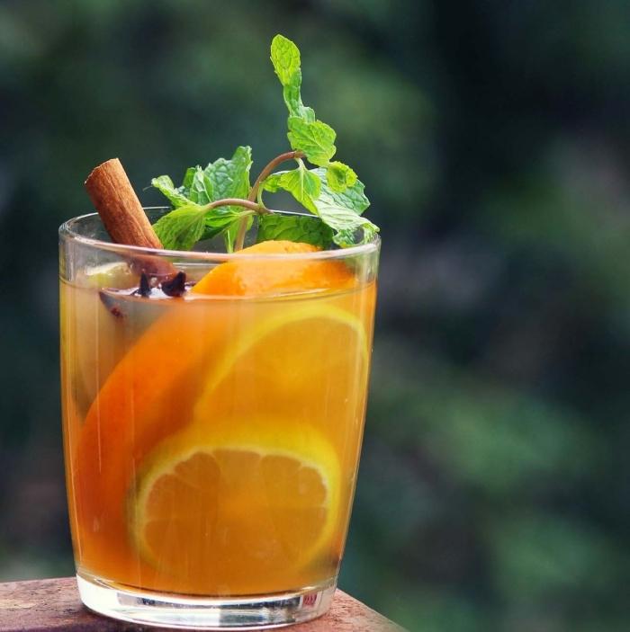 recette thé glacé pêche aromatisée avec bâton de cannelle et feuilles de menthe fraîche, idée boisson froide été