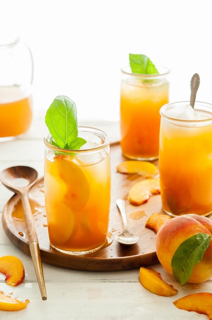 boisson facile au thé vert froid avec pêche et menthe, recette ice tea maison à la pêche et aux feuilles de menthe fraîches
