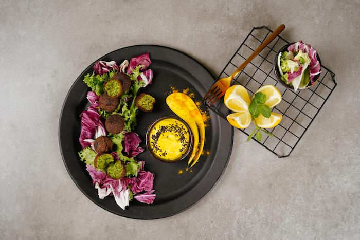 recette falafel maison avec persil et oignon à servir avec de la sauce tahini en apéro dinatoire facile pour 10 personnes
