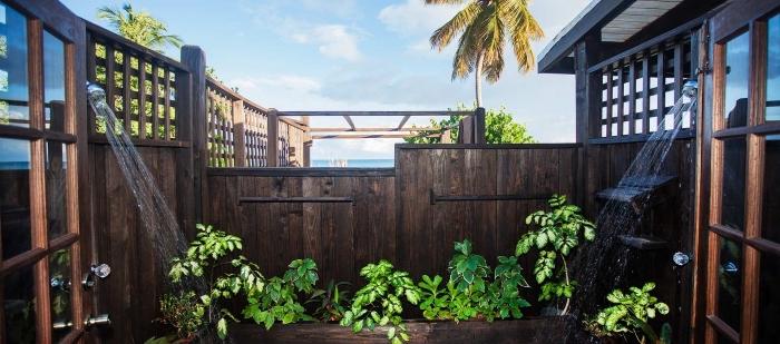 idée décoration de jardin avec plantes et bois, aménagement salle d'eau extérieur avec douche à eau froide