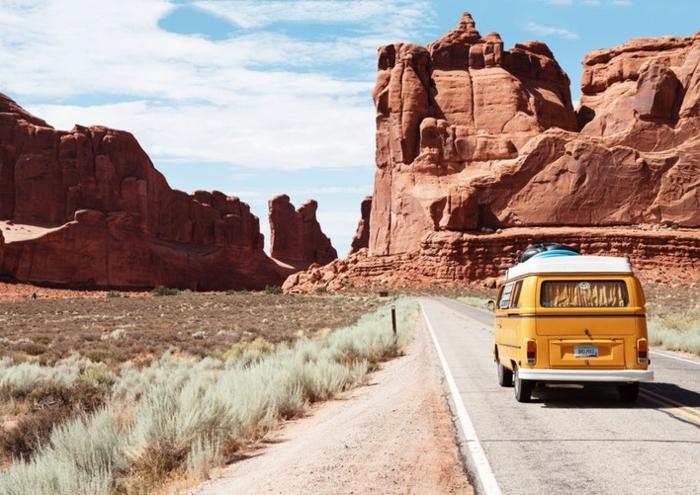 lutter contre le mal des transports, autobus jaune cheminant dans le désert, paysage désertique
