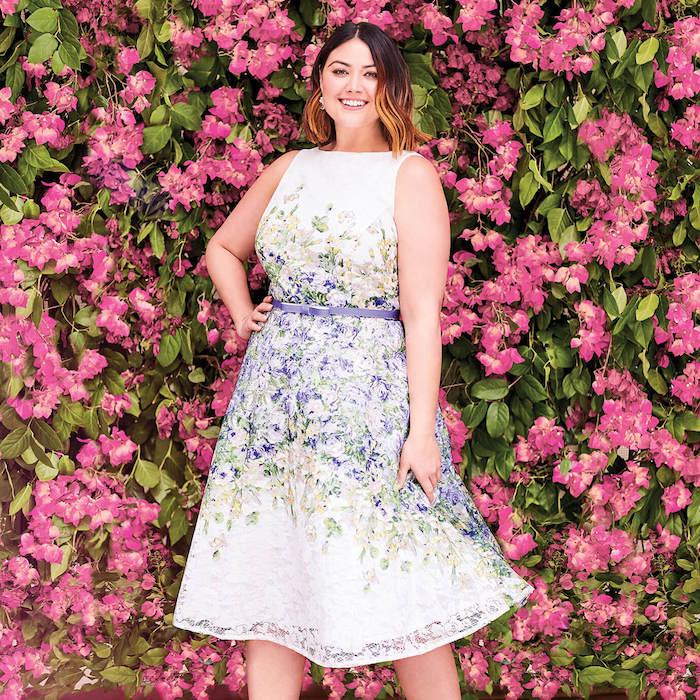 robe à imprimé fleuri, fleurs sur fond blanc à jupe évasée, idée de coiffure carré court plongeant