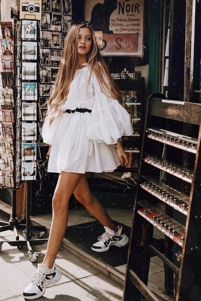 exemple comment combiner une robe blanche courte d'été avec paire de baskets, idée style vestimentaire femme été