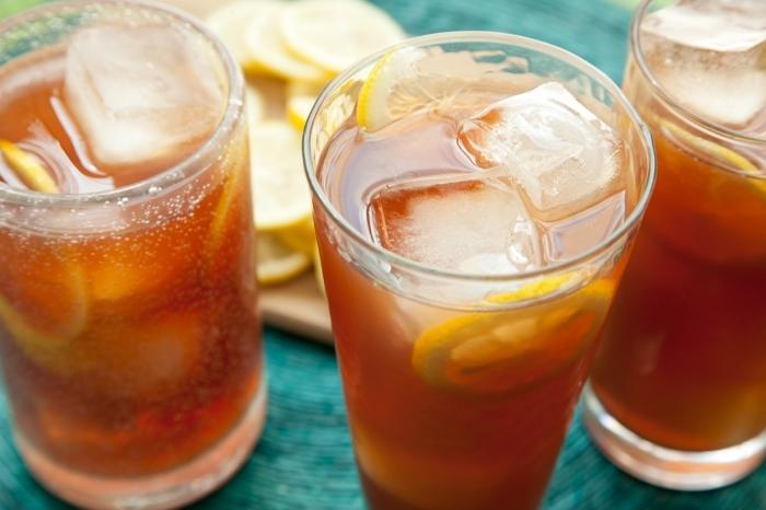 quelle boisson detox facile, ingrédient pour faire un ice tea maison, recette thé vert glacé au gingembre et citron
